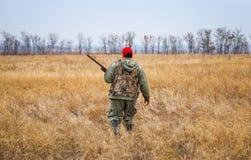 移动与猎枪的猎人寻找牺牲者 免版税库存照片