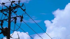 移动与电定向塔的Timelapse白色云彩 股票视频