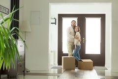 移动与箱子概念,拥抱在新的家的愉快的夫妇 免版税库存图片
