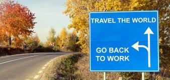 移动世界或回去工作在路标的概念 库存图片