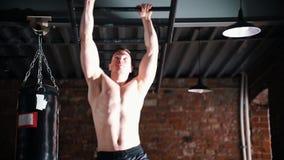 移动今后在他的手上的一个运动员人使用天花板梯子 股票视频