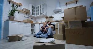移动他们新的家的年轻夫妇 股票视频