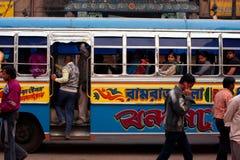 移动公共汽车在市中心 免版税图库摄影