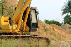 移动向停车处的重的黄色挖掘机 免版税库存照片