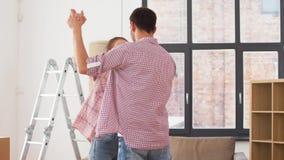 移动向新家和跳舞的愉快的夫妇 影视素材