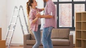 移动向新家和跳舞的愉快的夫妇 股票视频