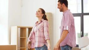 移动向新家庭和拥抱的愉快的夫妇 股票视频