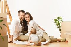移动向新的家庭的愉快的已婚人的夫妇买一栋新的公寓一起开始新的生活 免版税图库摄影