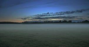 移动在与雾的一个领域上的云彩时间间隔  股票视频