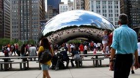移动在云门雕塑芝加哥伊利诺伊前面的快动作的人群 股票录像