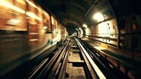 移动在城市地铁的一个隧道的火车 影视素材