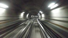 移动在城市地铁的一个隧道的火车 股票录像