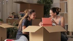 移动在家夜的两个愉快的室友 股票视频