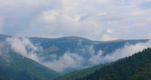 移动在山的云彩在夏日 股票录像