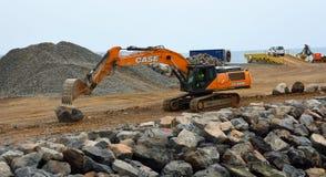 移动在工地工作的挖掘者大冰砾 免版税库存照片
