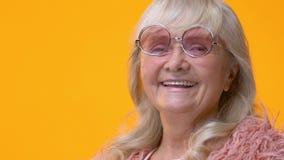 移动在微笑的女性面孔,心情的桃红色镜片,获得乐趣,笑话 股票视频