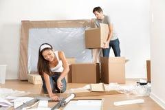 移动在新的家庭房子里的夫妇 免版税图库摄影