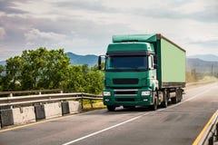 移动在桥梁的Semi-truck 库存图片