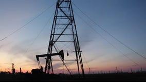 移动在油泵和井架上下 股票录像