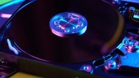 移动在硬盘驱动器与被打开的盖子的硬盘存贮的照相机 影视素材