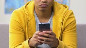 移动在约会的美国黑人的少年应用程序的外形,怏怏不乐对于选择 股票视频