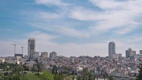 移动在老和现代耶路撒冷的屋顶的云彩 耶路撒冷的全景,timelapse 股票录像