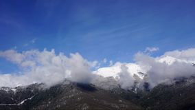移动在高加索山脉风景和森林定期流逝的云彩 影视素材