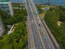 移动在高速公路的运输鸟瞰图 免版税库存图片