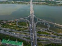 移动在高速公路的运输鸟瞰图 免版税库存照片
