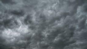 移动天空的灰色暴风云 时间间隔 雷暴旋风 卷曲云彩是低的 影视素材