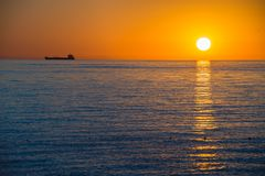 移动天际的船在日出 免版税库存图片