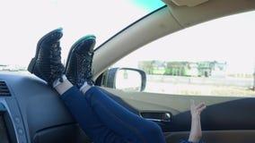 移动她的腿和胳膊在汽车的女孩 影视素材