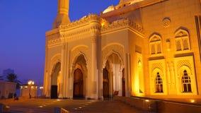 移动式摄影车在沙扎市阿拉伯联合酋长国射击了Al Noor清真寺 夜看法有启发性清真寺 回教崇拜 灯笼金光  股票视频