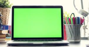 移动式摄影车有绿色屏幕的膝上型计算机 黑暗的办公室 完善投入您自己的图象或录影 使用的技术绿色屏幕  股票视频