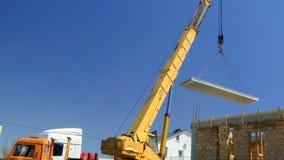 移动式起重机移动混凝土板向大厦 股票视频