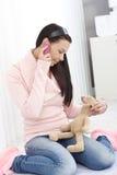移动暂挂的玩具兔宝宝的女孩 免版税库存照片