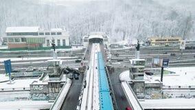 移动横跨桥梁的城市火车向隧道 移动横跨河的城市火车在冬天 有城市火车的桥梁 股票视频