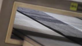 移动沿传送带的橡胶粗砺的磁带 股票录像