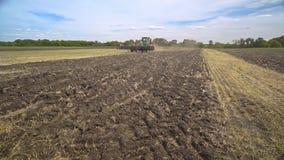移动沿农田的农业拖拉机 在领域的农用拖拉机 股票视频