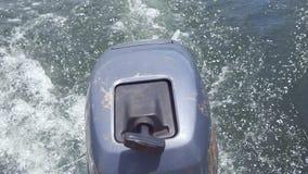 移动沿海湾和马达的船做镇静波浪成泡沫 大海苏醒平静的场面在浮动后的 股票视频