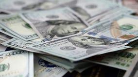 移动沿美国在巨大的金钱的焦点一百元钞票 影视素材