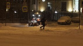 移动沿街道的人们和汽车在大雪的晚上在冬天 影视素材