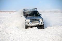 移动深雪的经典SUV 免版税库存图片