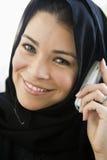 移动电话东部中间联系的妇女 库存照片
