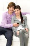 移动电话夫妇 免版税库存照片