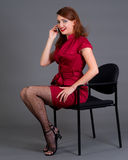移动电话女孩她的红头发人 免版税库存图片