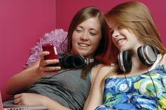 移动电话女孩联系少年 库存图片