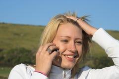 移动电话她的妇女年轻人 免版税库存照片