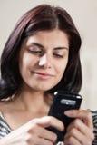 移动电话她texting的妇女 免版税库存图片