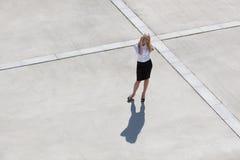 移动电话妇女 免版税库存照片